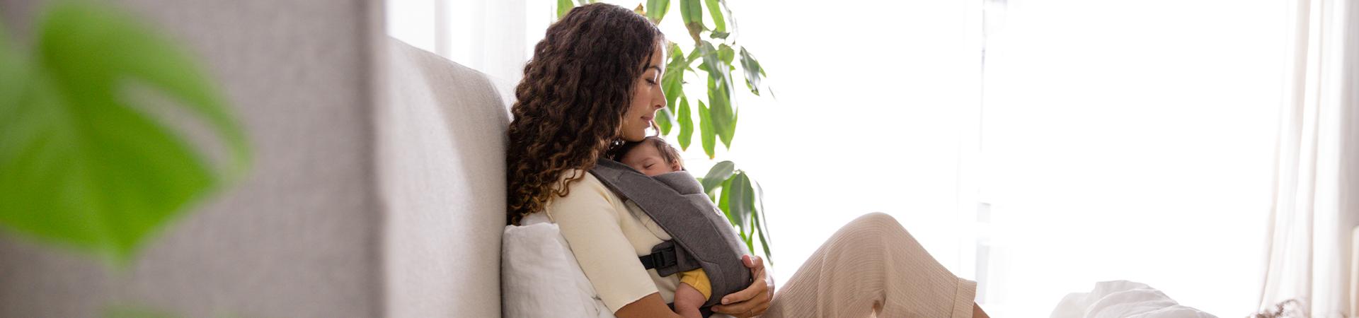 Il confortevole marsupio per neonati Embrace